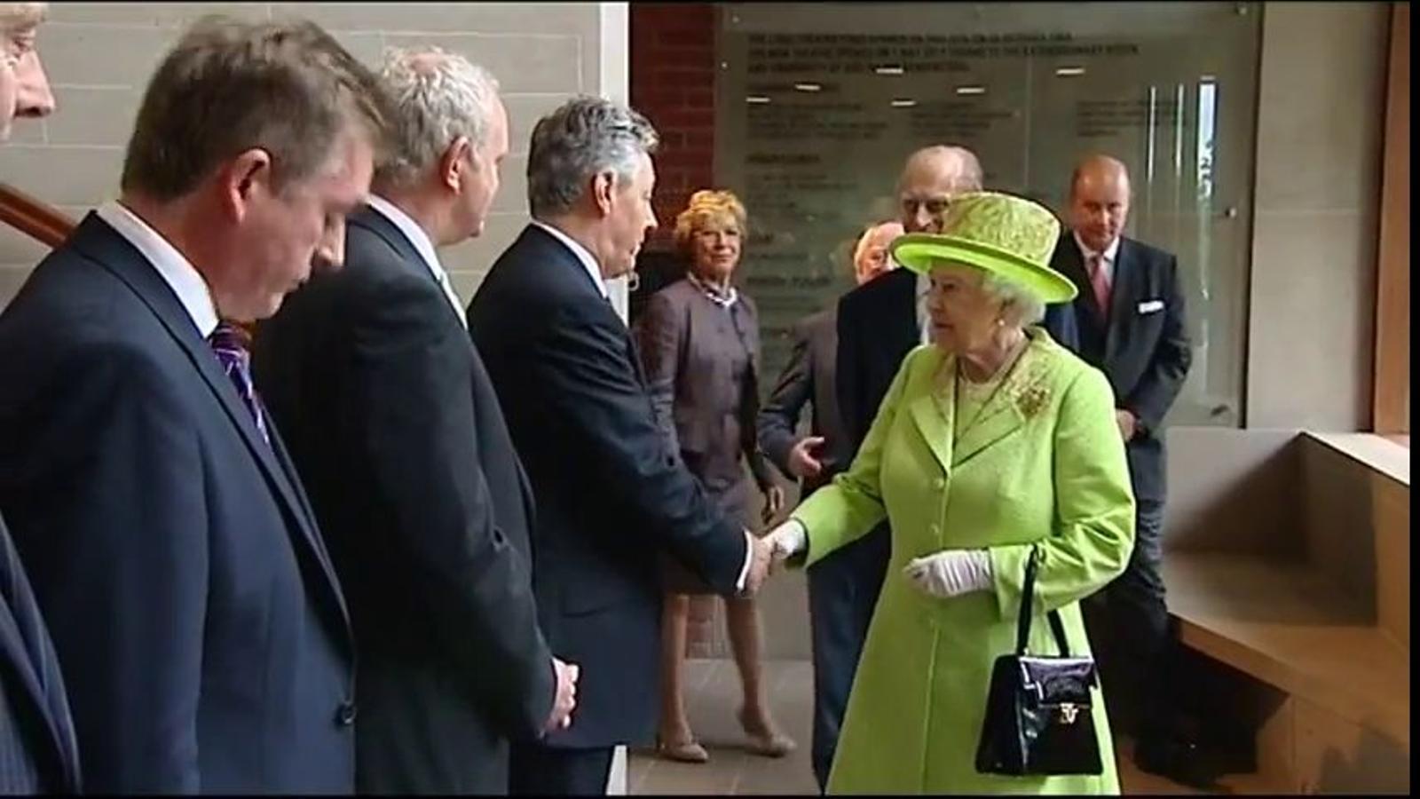 Encaixada històrica de la reina Elisabeth II i l'excap militar de l'IRA