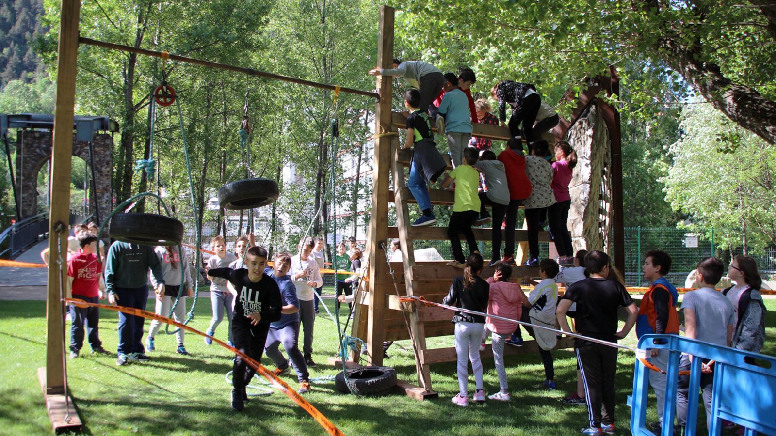 Els escolars d'Encamp superen els obstacles de l'Spartan Race Kids./ T.N. (ANA)