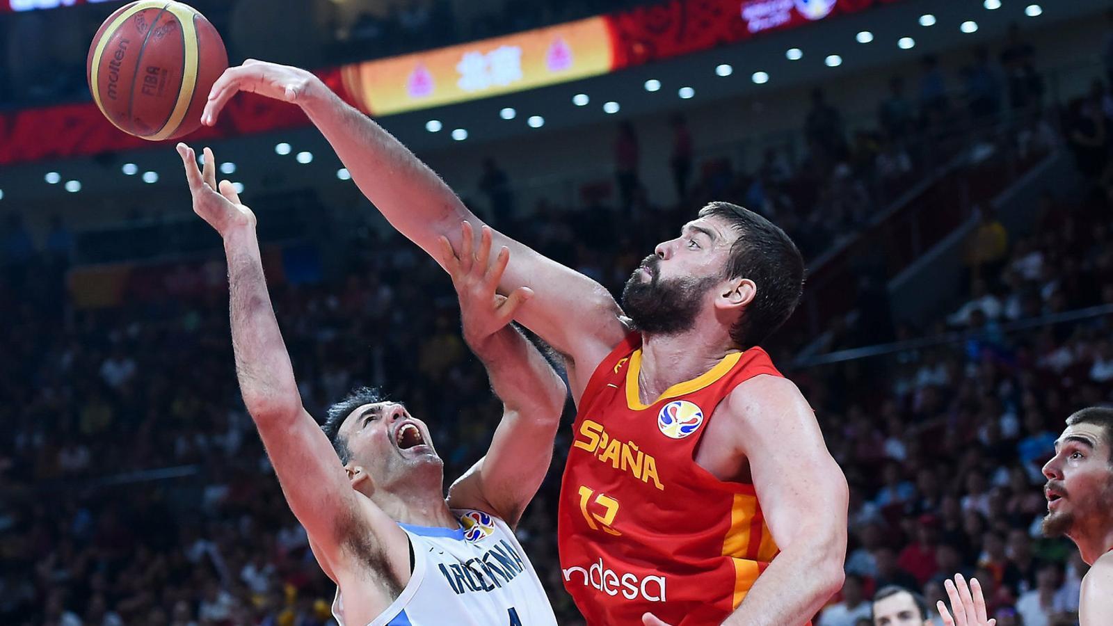 Marc Gasol, a la foto aturant Scola, ha guanyat el Mundial i la NBA en pocs mesos de diferència.