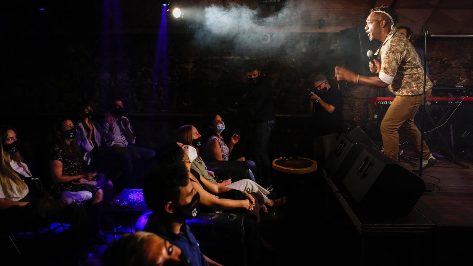 Públic amb mascareta en el concert de la Clarence Bekker Band al Jamboree.