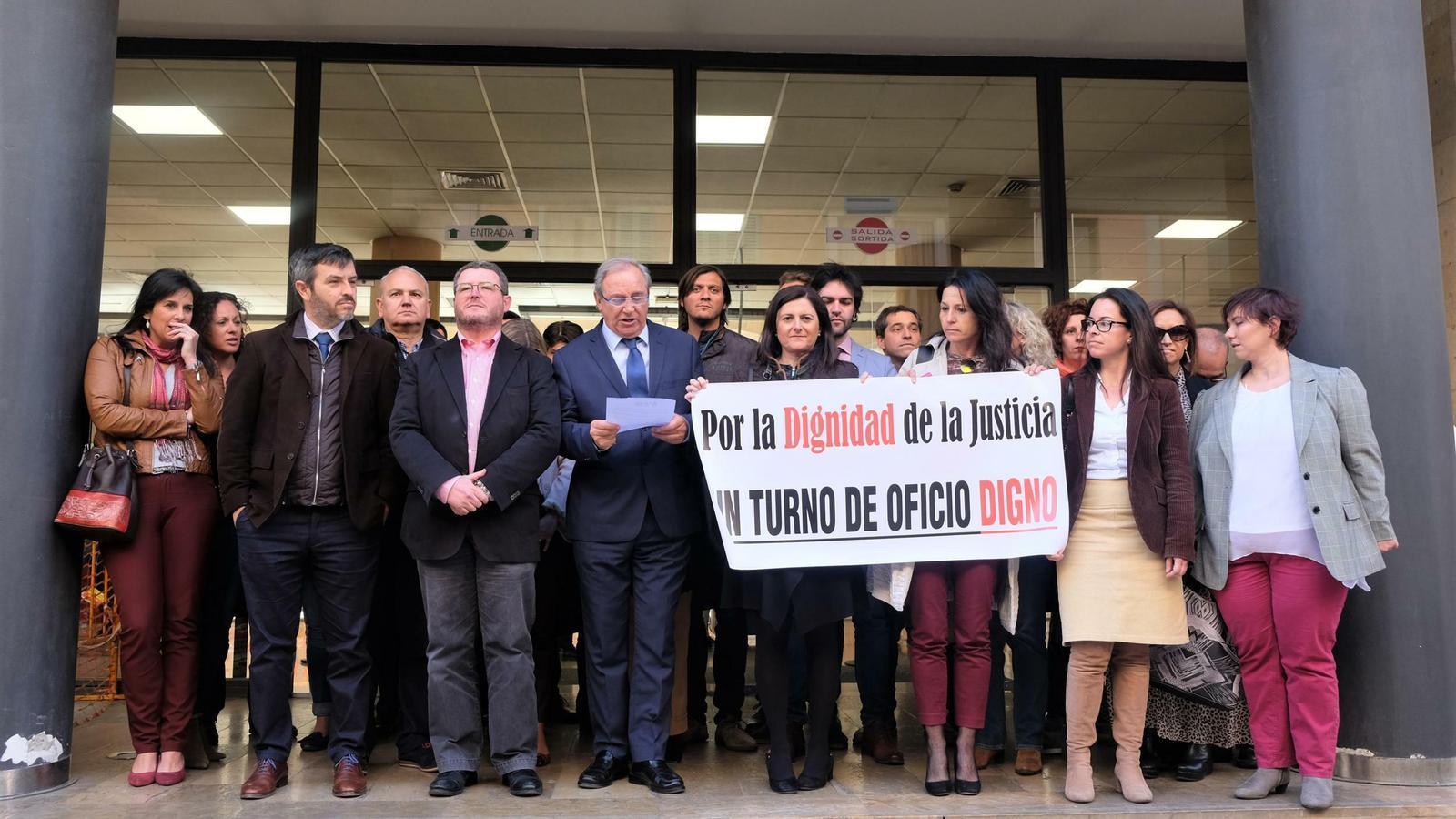 """Una trentena d'advocats del torn d'ofici es concentra davant el Jutjat de Sa Gerreria per reclamar """"dignitat"""""""