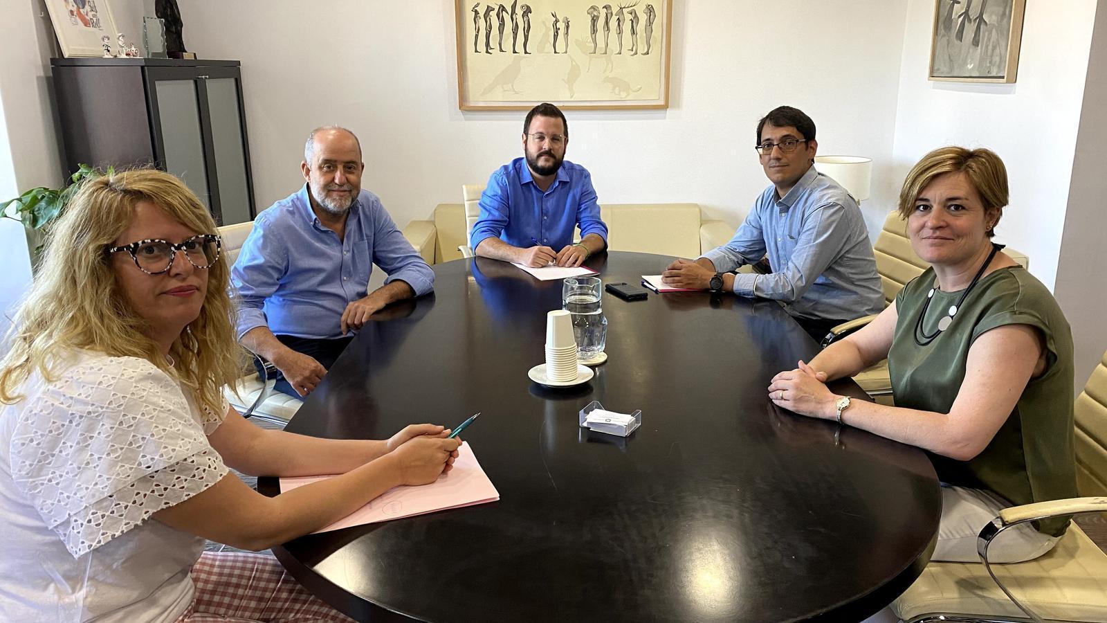 Representants de Marratxí i de la Conselleria de Model Econòmic, durant la signatura del conveni.