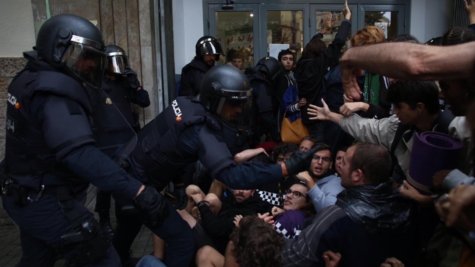 La policia Nacional carrega contra la gent a l'institut Jaume Balmes.