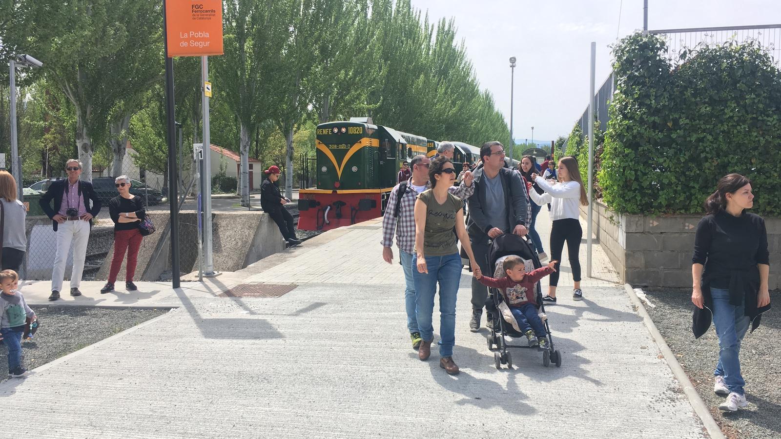 Usuaris del Tren dels llacs arribant a la Pobla de Segur. / G.L.