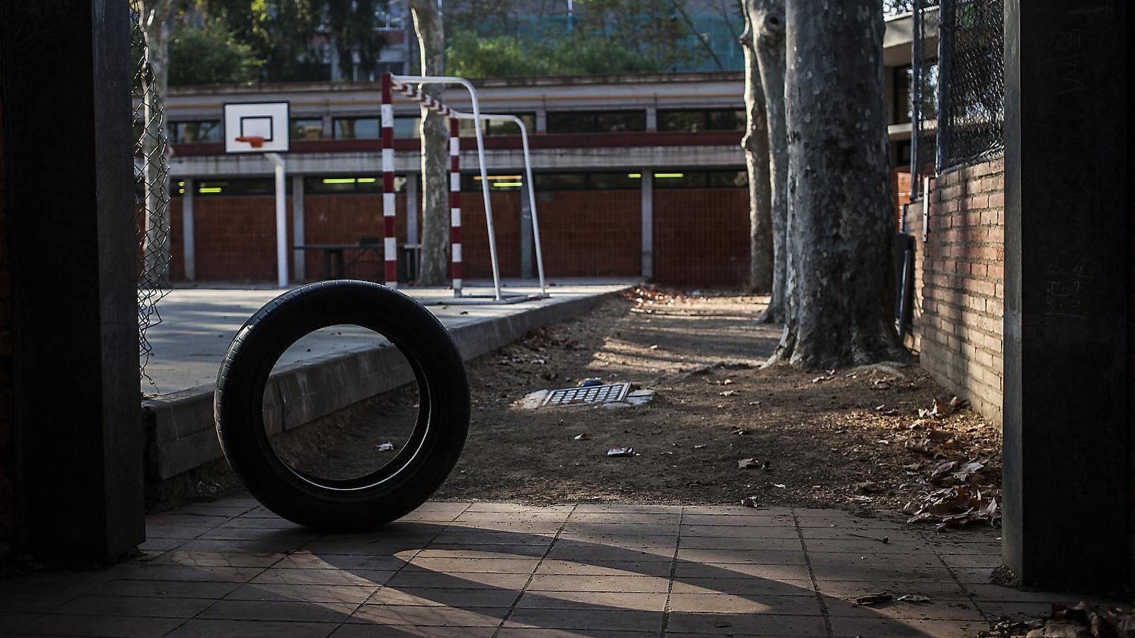 (01) En Joni, a la imatge de l'esquerra.   (02) A dalt, un pati buit d'una escola de Barcelona, en una imatge d'arxiu