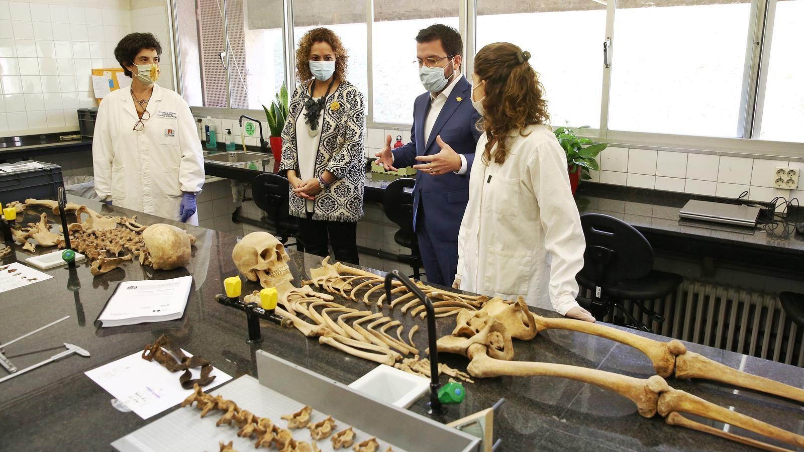 Aragonés i Capella al laboratori de la Facultat de Ciències de la UAB amb les restes de dos soldats