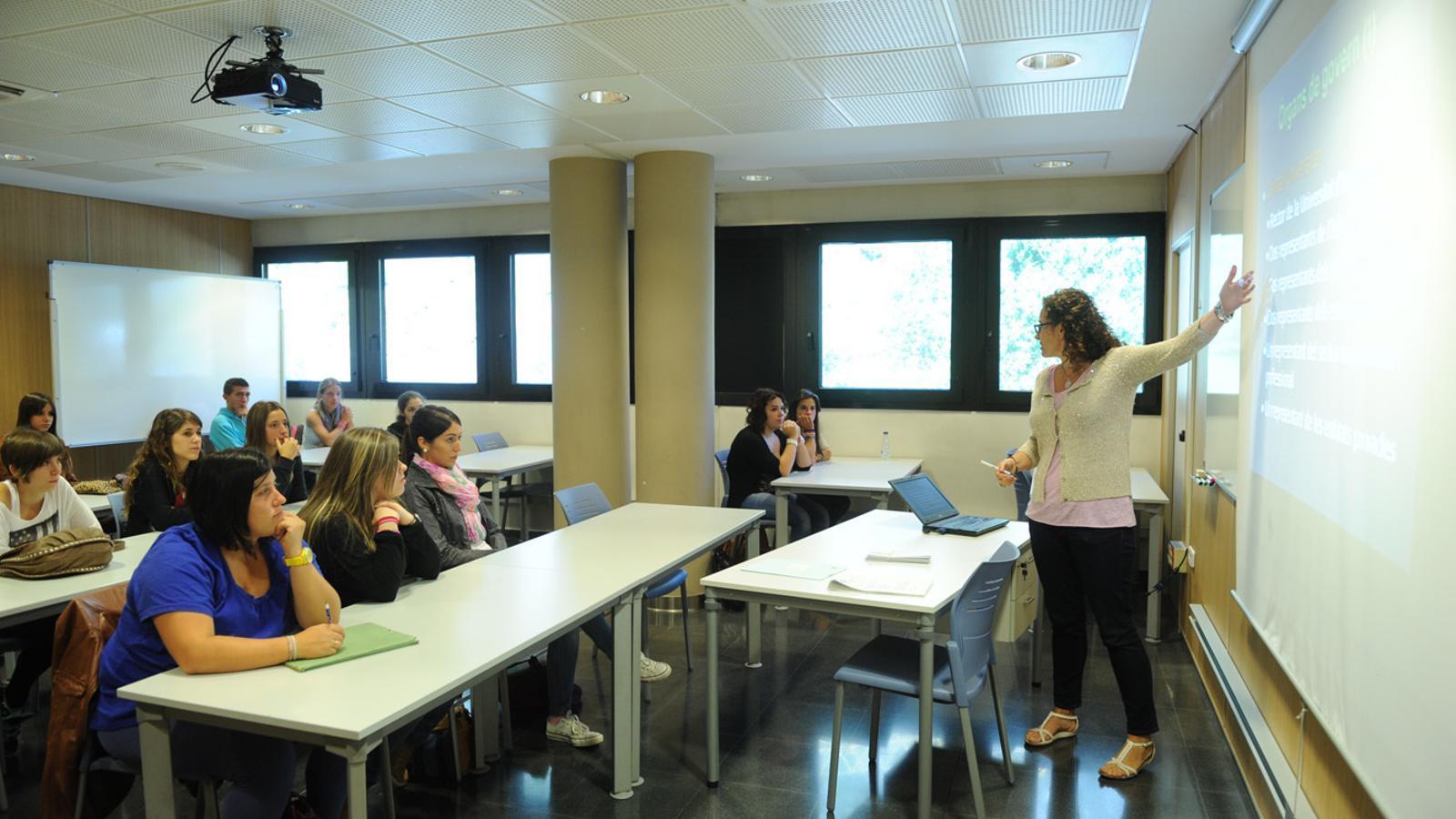 Una professora imparteix classe en una de les aules de la Universitat d'Andorra. / Arxiu ANA