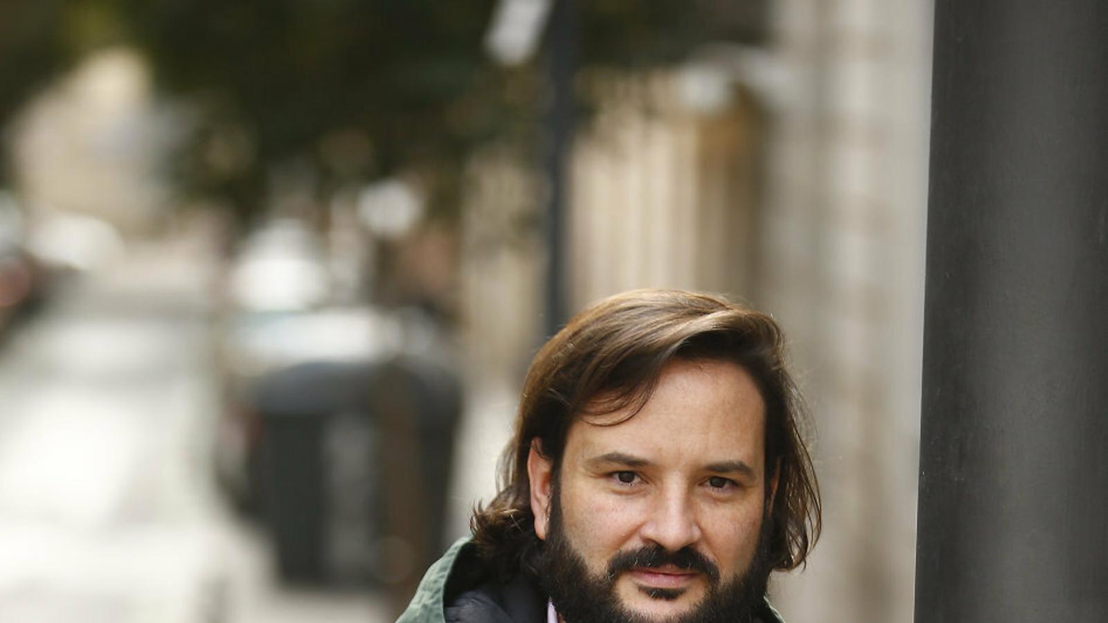 L'escriptor compostel·là Roy Galán fotografiat en un carrer  de Madrid.