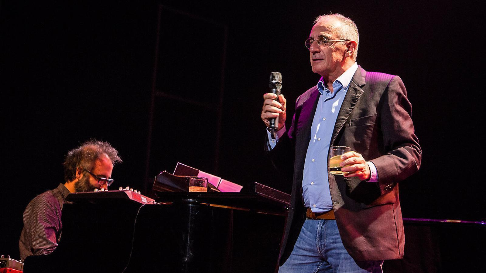 Jaume Manresa i Quimi Portet durant la interpretació de Sunny day en el concert inaugural del Mercat.