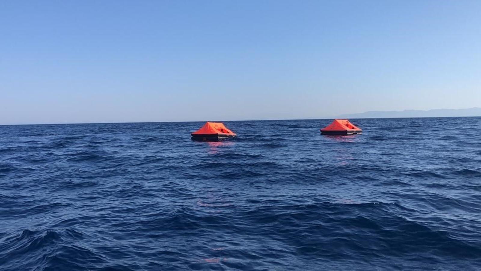 Bots salvavides a la deriva abans de ser rescatats per guardacostes turcs.