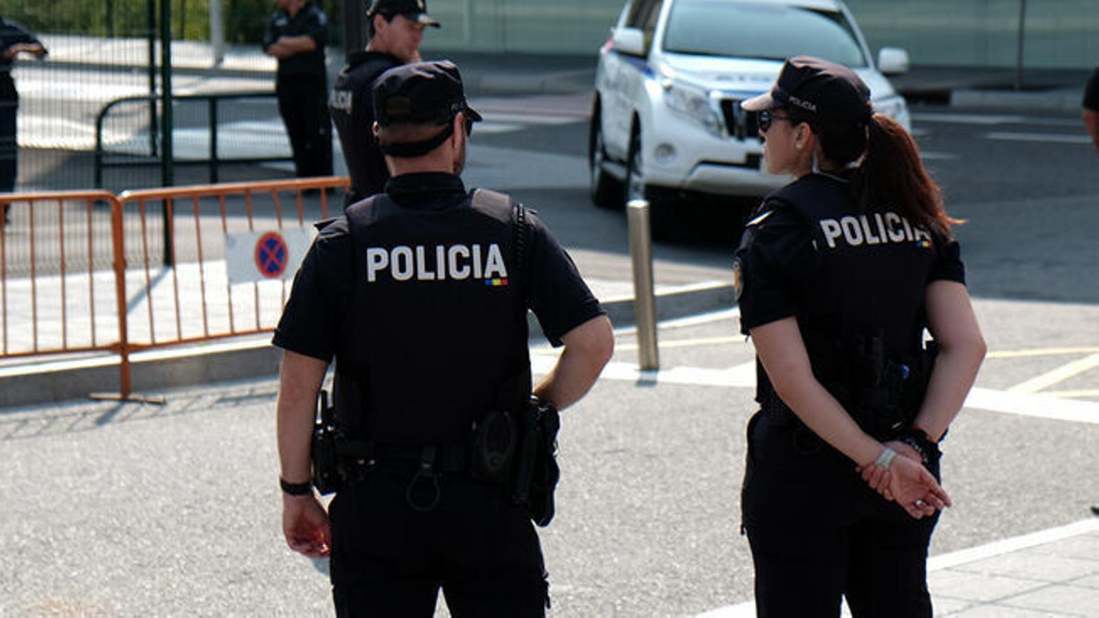 Dos agents de policia en una imatge d'arxiu. / Arxiu ANA