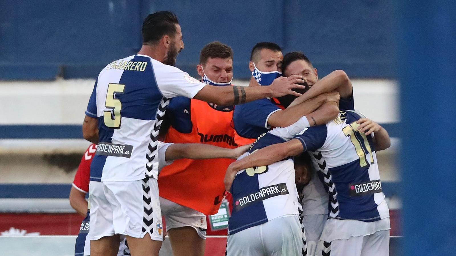 Els jugadors del Sabadell celebren el gol de Querol.