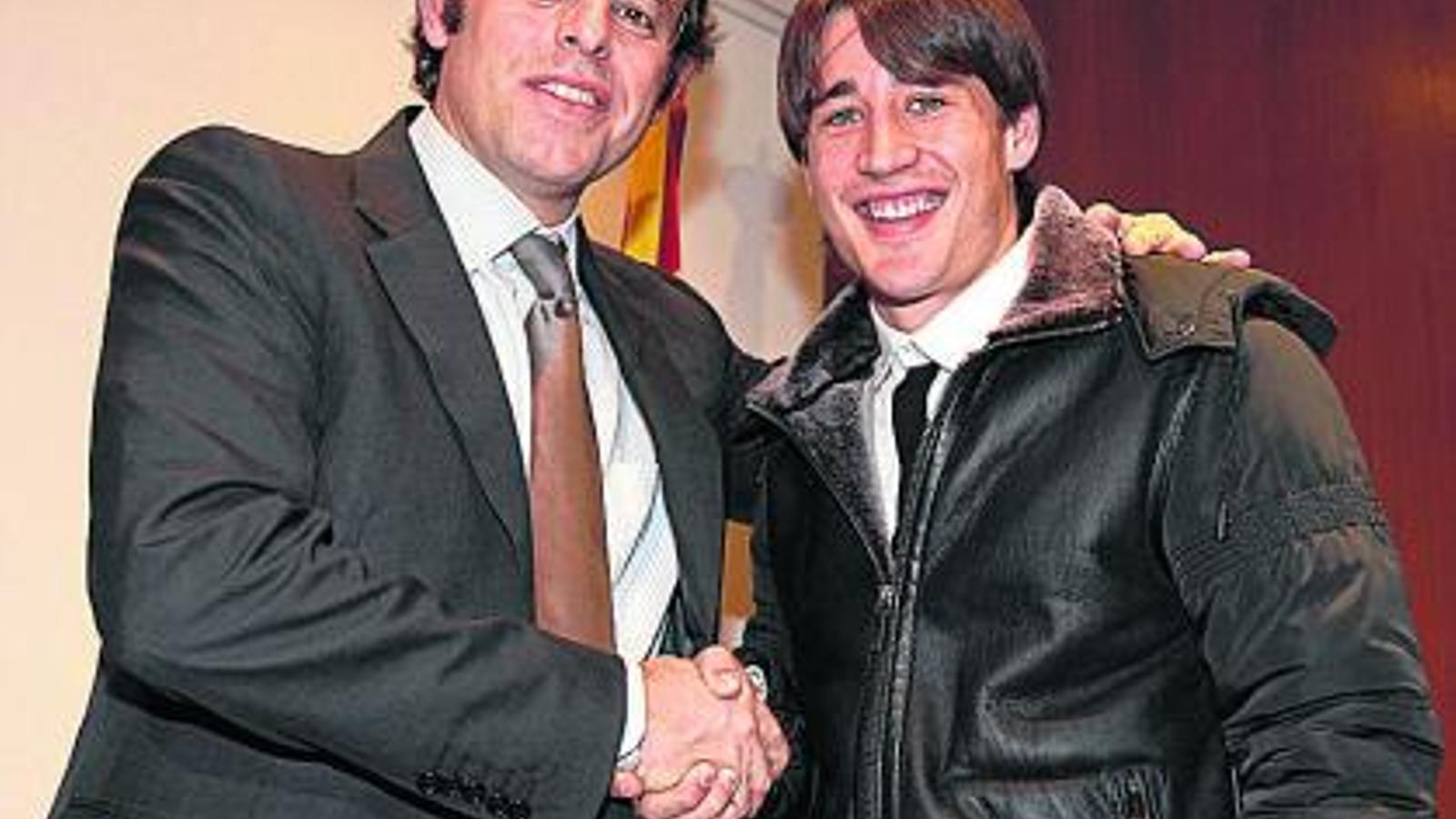 El president Sandro Rosell amb Bojan Krkic just després de signar la renovació del davanter de Linyola. / FC BARCELONA