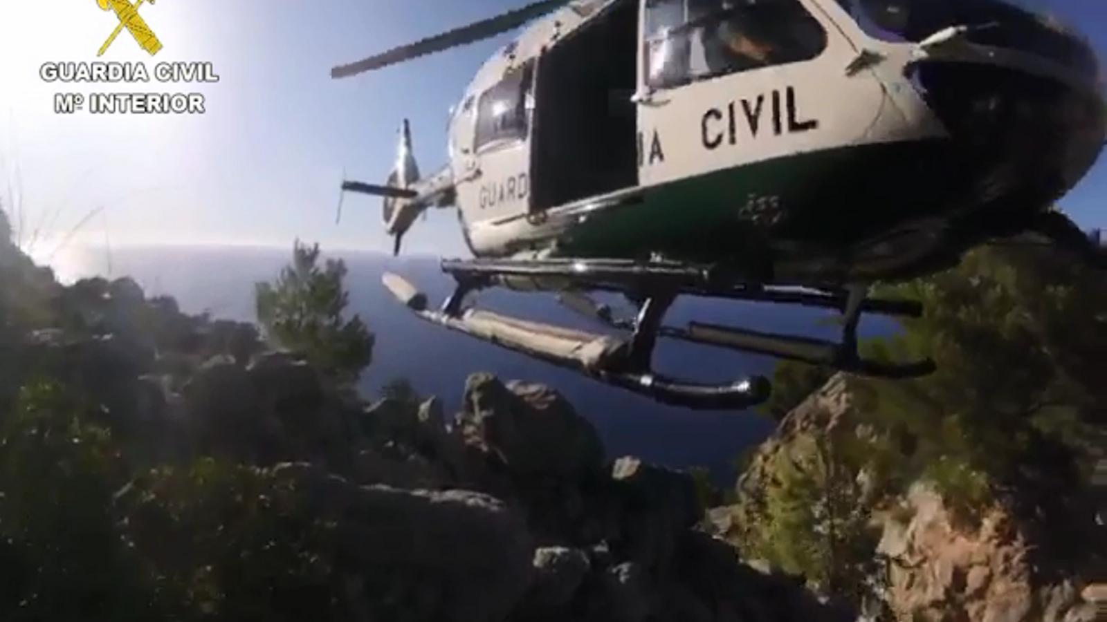 L'equip de rescat auxiliant els tres senderistes atrapats a la Serra de Tramuntana