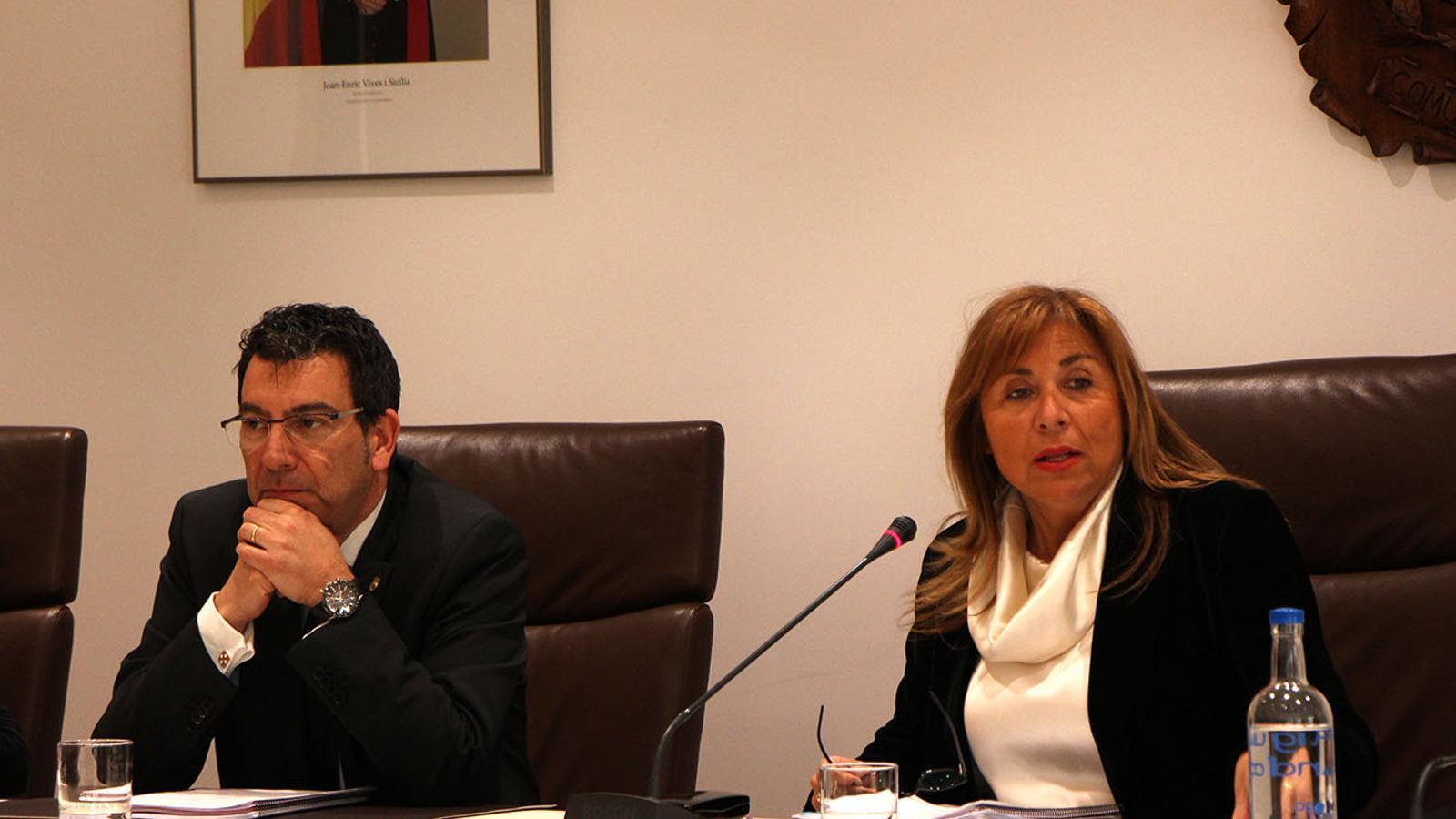 Els cònsols major i menor d'Andorra la Vella, Conxita Marsol i Miquel Canturri, durant la sessió de consell de comú celebrada aquest dimecres. / M. F. (ANA)