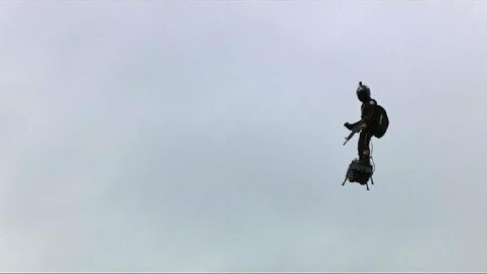 home volador a l'exhibició del 14 de juliol de frança