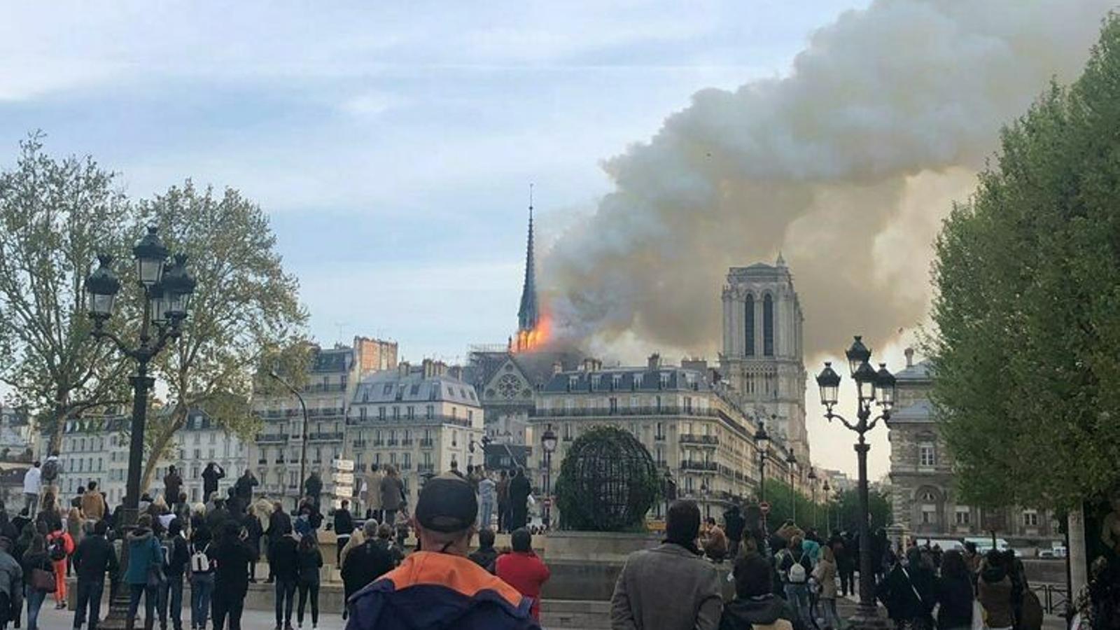 S'ensorra la torre principal de Notre-Dame a causa de l'incendi