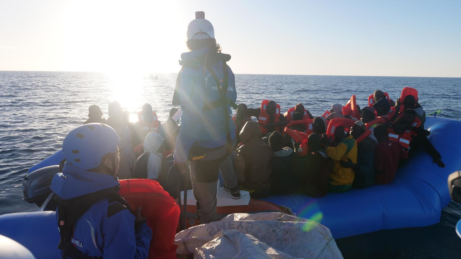 El 'Mare Jonio' aconsegueix desembarcar a Lampedusa 49 migrants rescatats