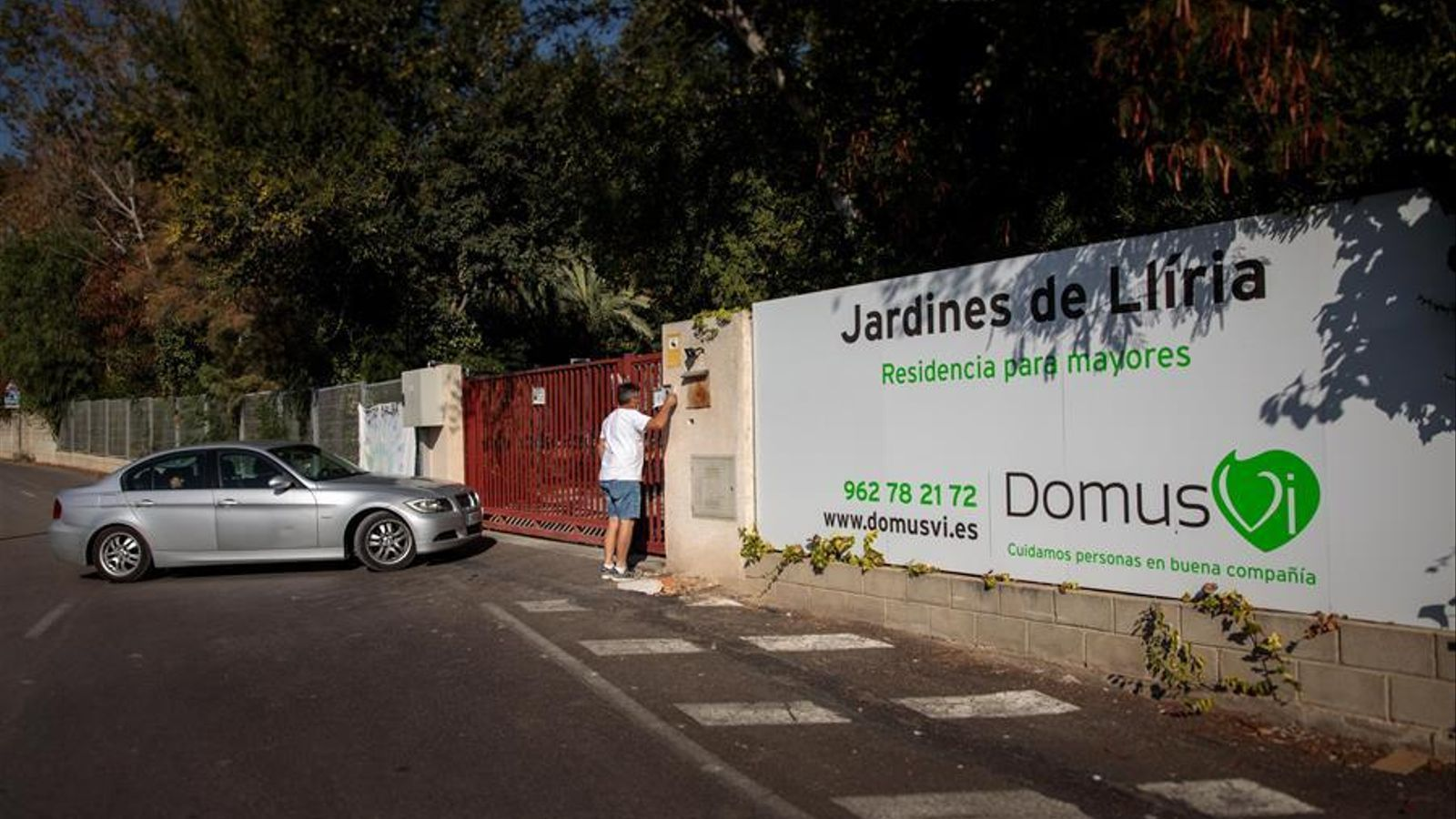 Familiars accedeixen a la residència Domus VI de Lliria (València), on han aparegut unes imatges, pel que sembla gravades per una empleada del centre, en les quals s'observen suposats casos de maltractament. EFE/ Biel Aliño