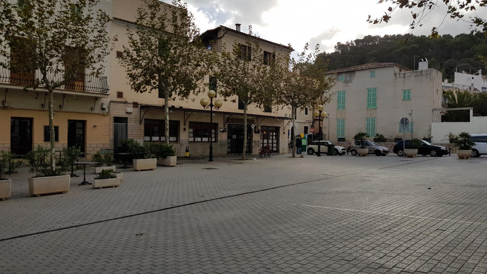 La plaça de l'Orient és un dels espais més amplis del centre de Capdepera.