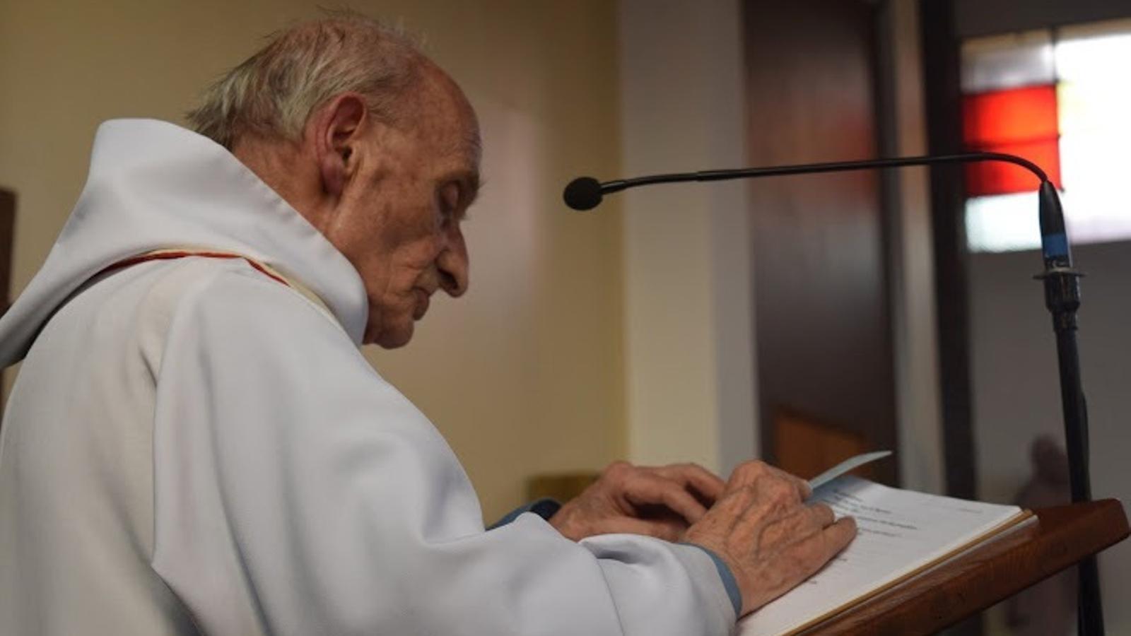 Mossèn Hamel, durant una celebració a la seva església.