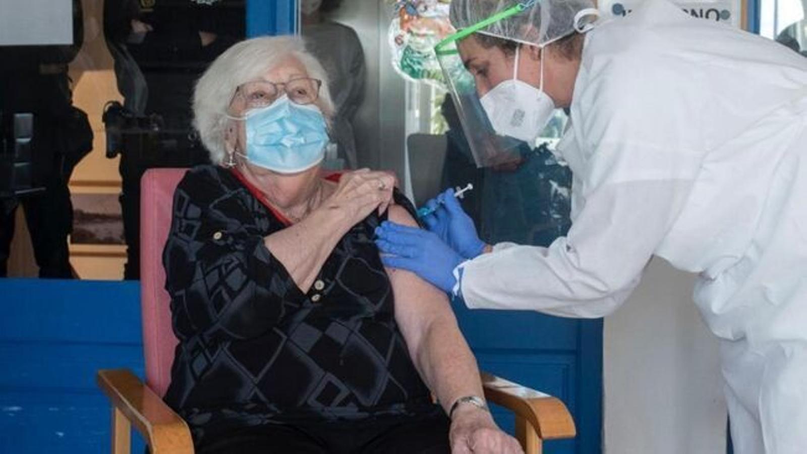 Francisca Salas Pons va ser la primera menorquina a rebre la vacuna contra el coronavirus. / IBSALUT