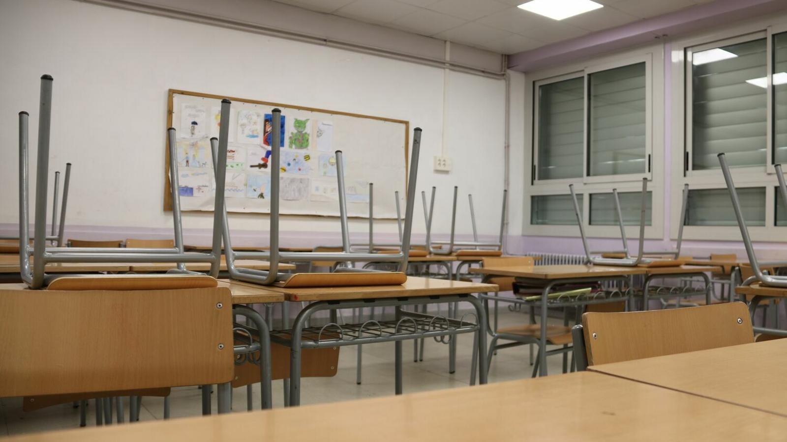 Una aula buida de l'Institut Pere Vives d'Igualada.