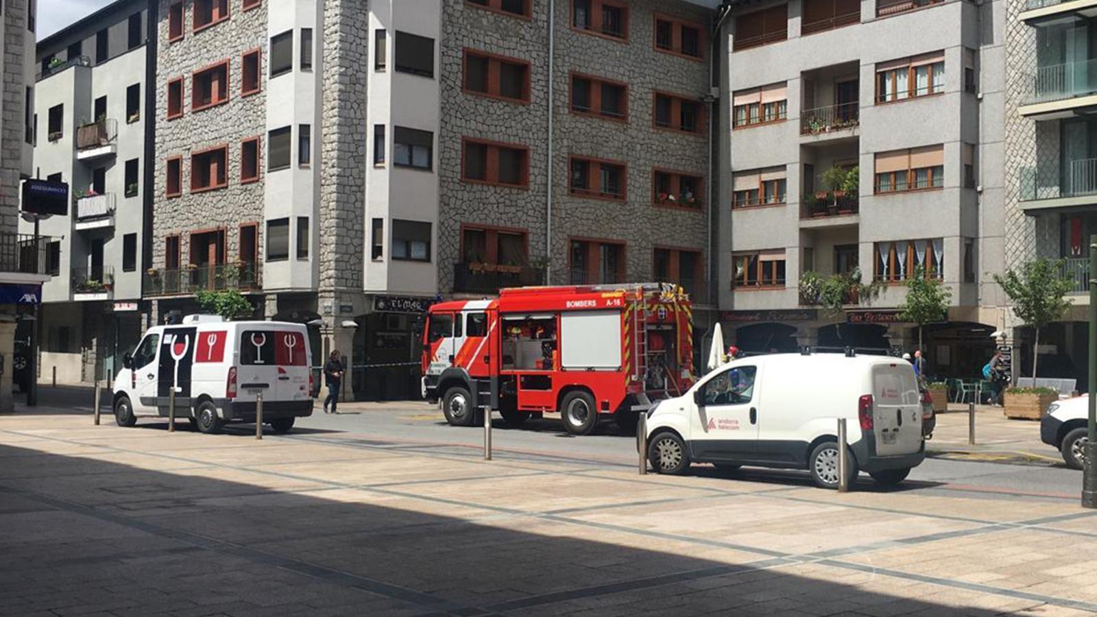 Els bombers actuant al punt on ha tingut lloc l'incendi. / ARA