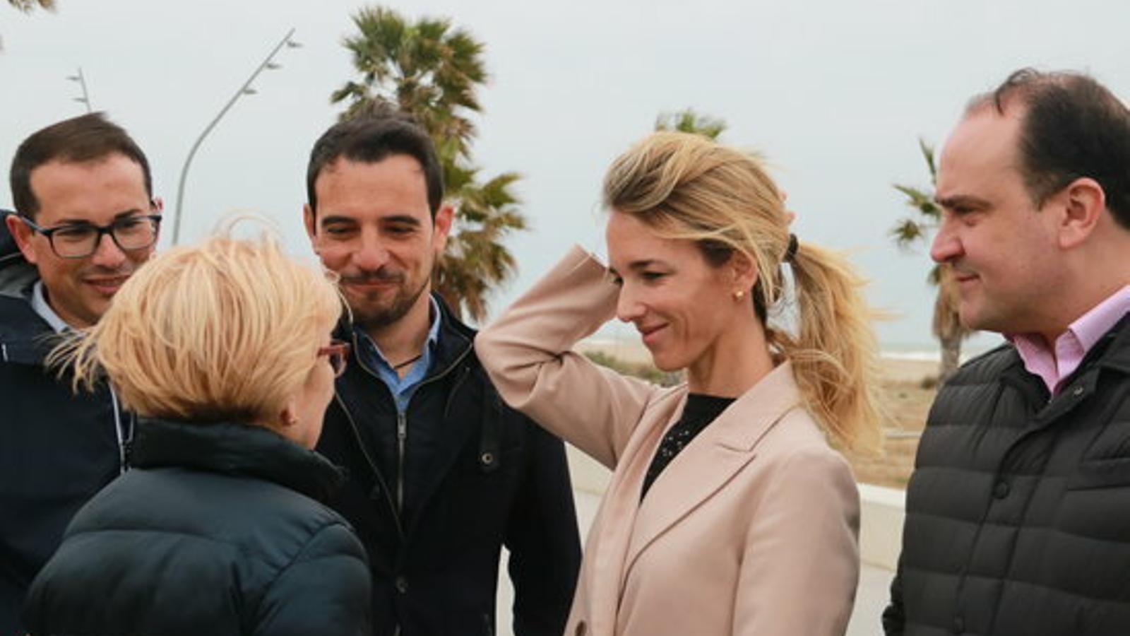 La candidata popular per Barcelona, Cayetana Álvarez de Toledo, acompanyada de l'exalcalde de Castelldefels, Manuel Reyes, i del secretari general del PP, Dani Serrano, a la platja d'aquesta ciutat