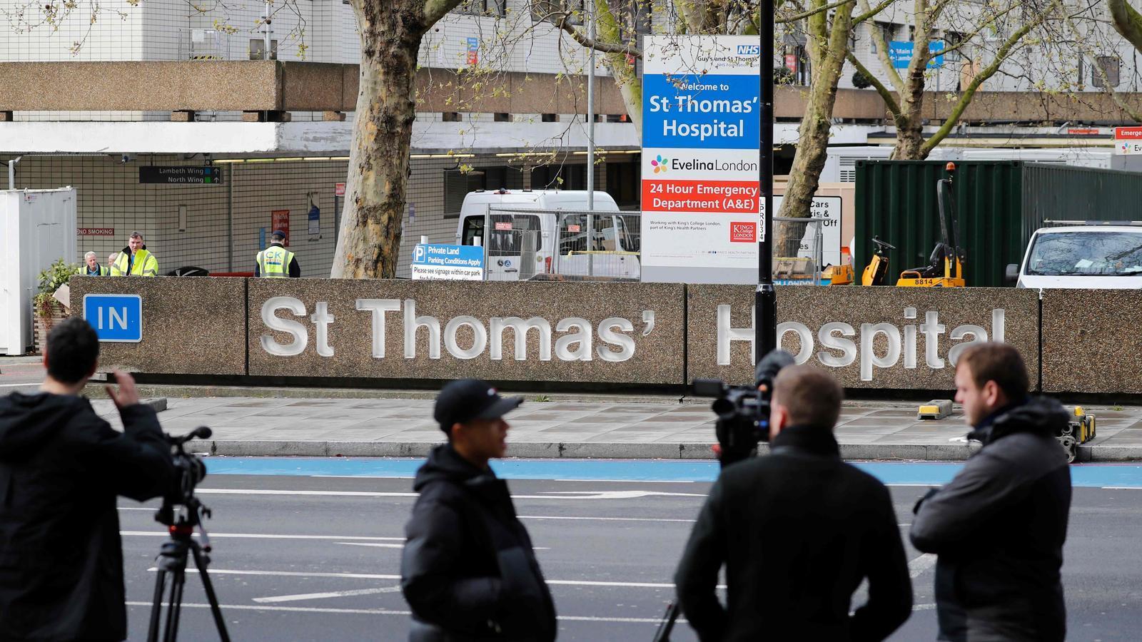 Un grup de càmeres de diferents cadenes de televisió s'apleguen al davant de l'hospital St Thomas, del centre de Londres, on es troba ingressat Boris Johnson
