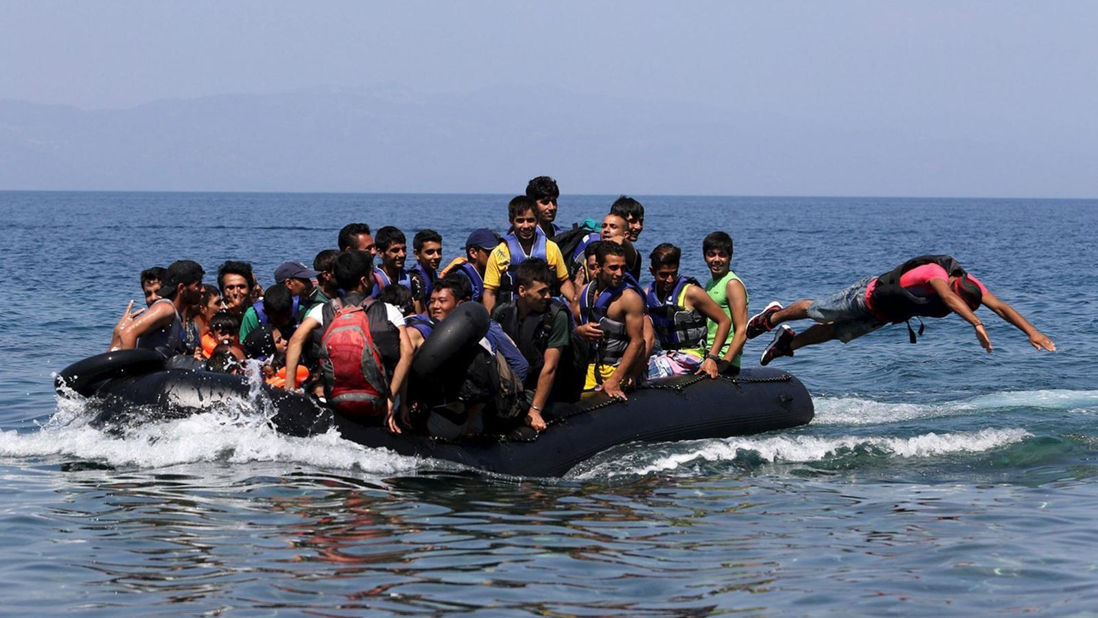 Una barca inflable carregada d'immigrants d'origen afganès que havia salpat de la costa turca arribant a l'illa grega de Lesbos. / YIANNIS KOURTOGLOU / REUTERS
