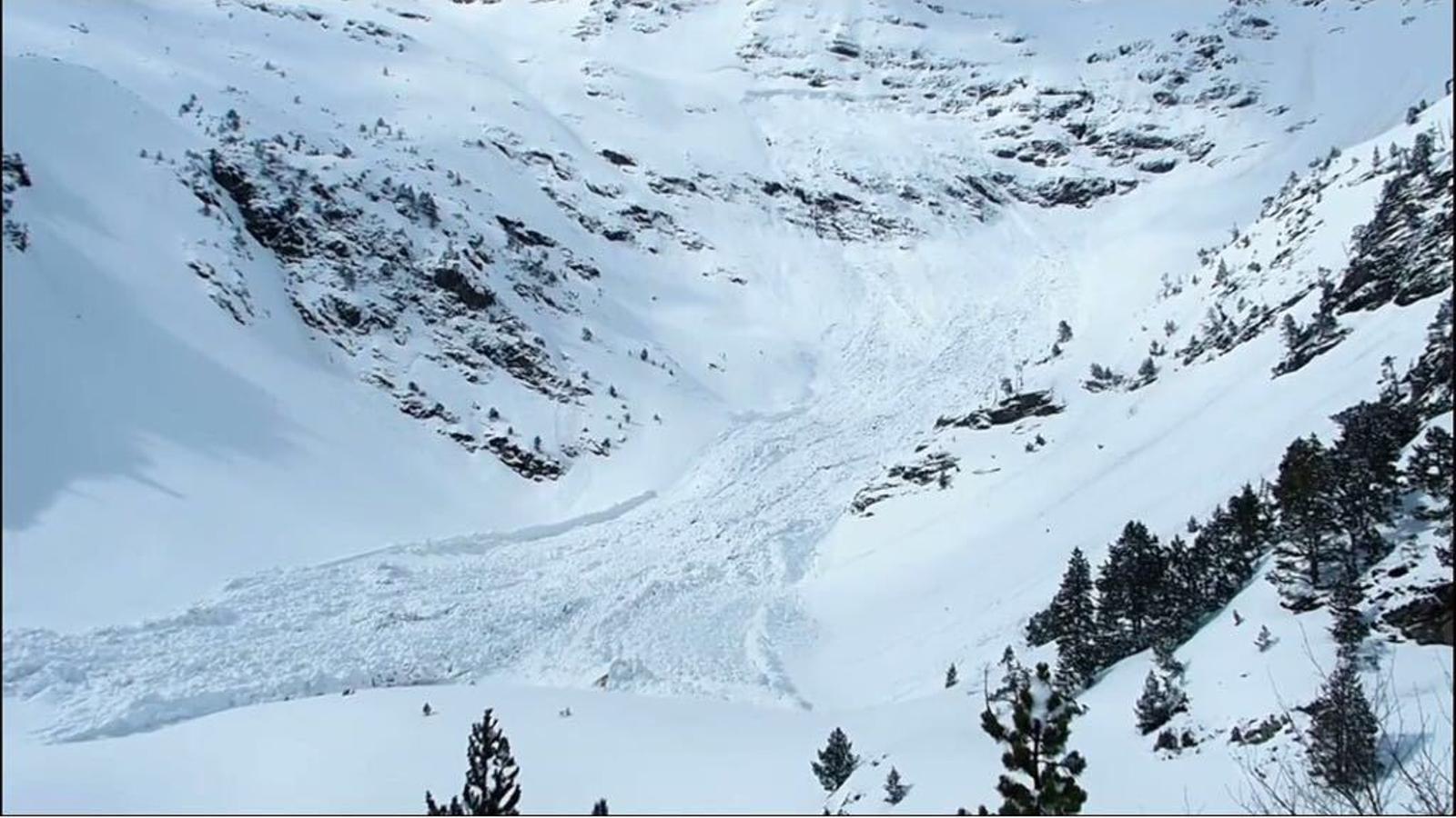 El refugi del Pla de l'Estany, a Arinsal, colgat per la neu. / MTB Aventures-Tramuntanya