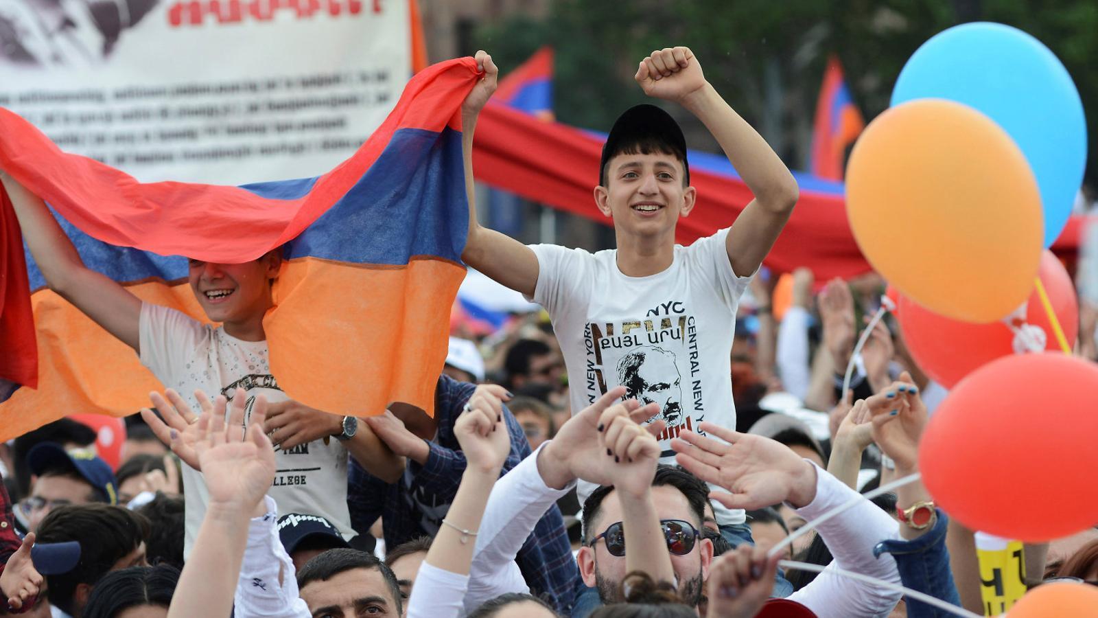 Partidaris del nou primer ministre, Nikol Paixinian, manifestant-se davant del Parlament per la seva elecció, el 8 de maig a Erevan.