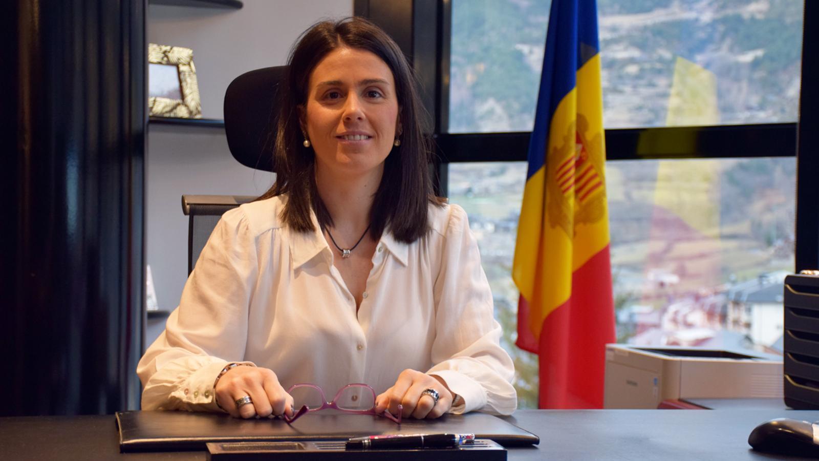 La cònsol major d'Encamp, Laura Mas, al despatx de la cinquena planta del comú. / T. N. (ANA)