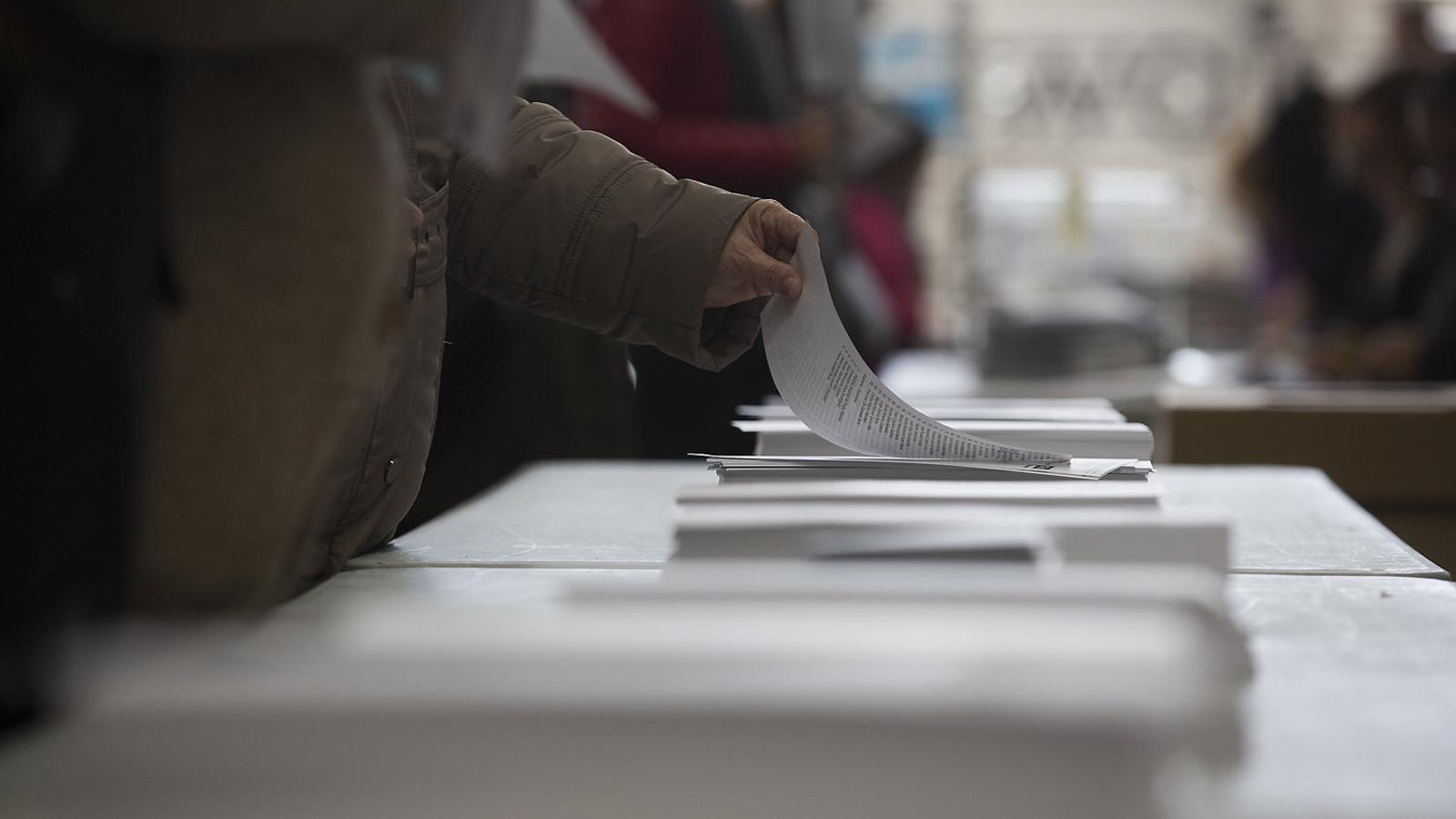 Votants mirant les paperetes durant les darreres eleccions catalanes.