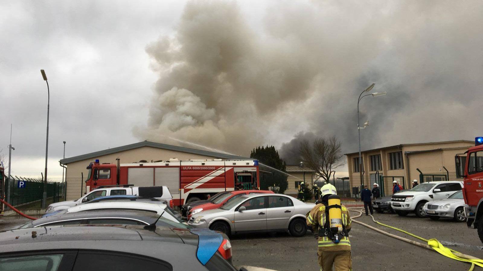 Els serveis de emergència a la arriben a la planta de gas de Baumgarten després de la explosió