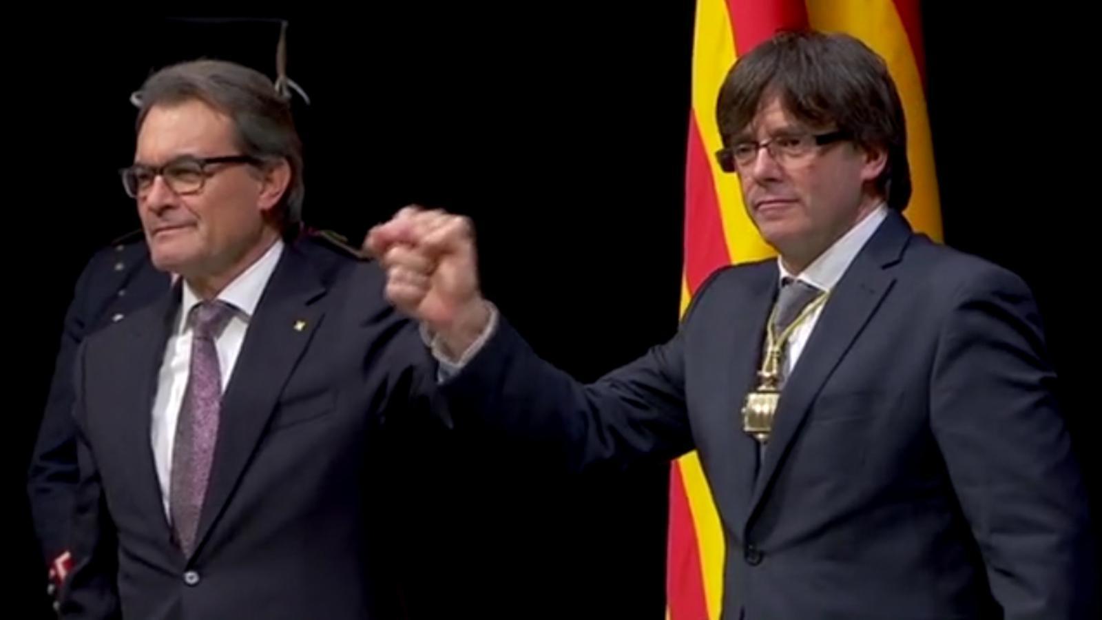 Els 'hits' del discurs de comiat d'Artur Mas i el de presa de possessió de Puigdemont