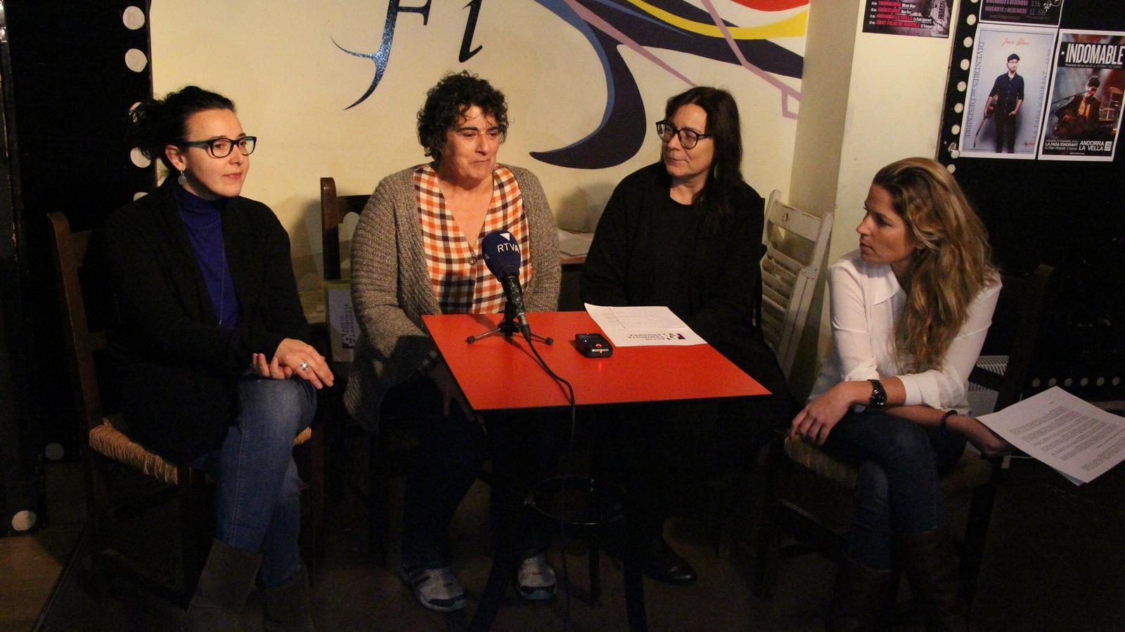 Les integrants d'Acció Feminista amb la seva presidenta, Antònia Escoda. / M. P.