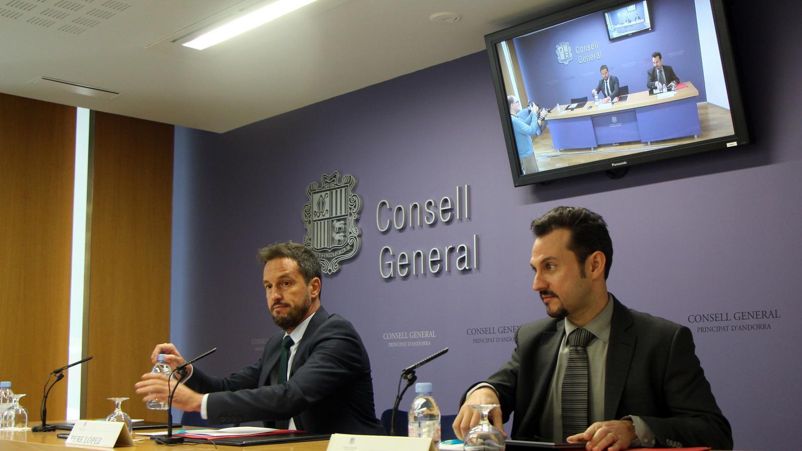 Els consellers Pere López i Gerard Alís informen de les esmenes presentades a la Llei de l'impost sobre societats. / C.G.