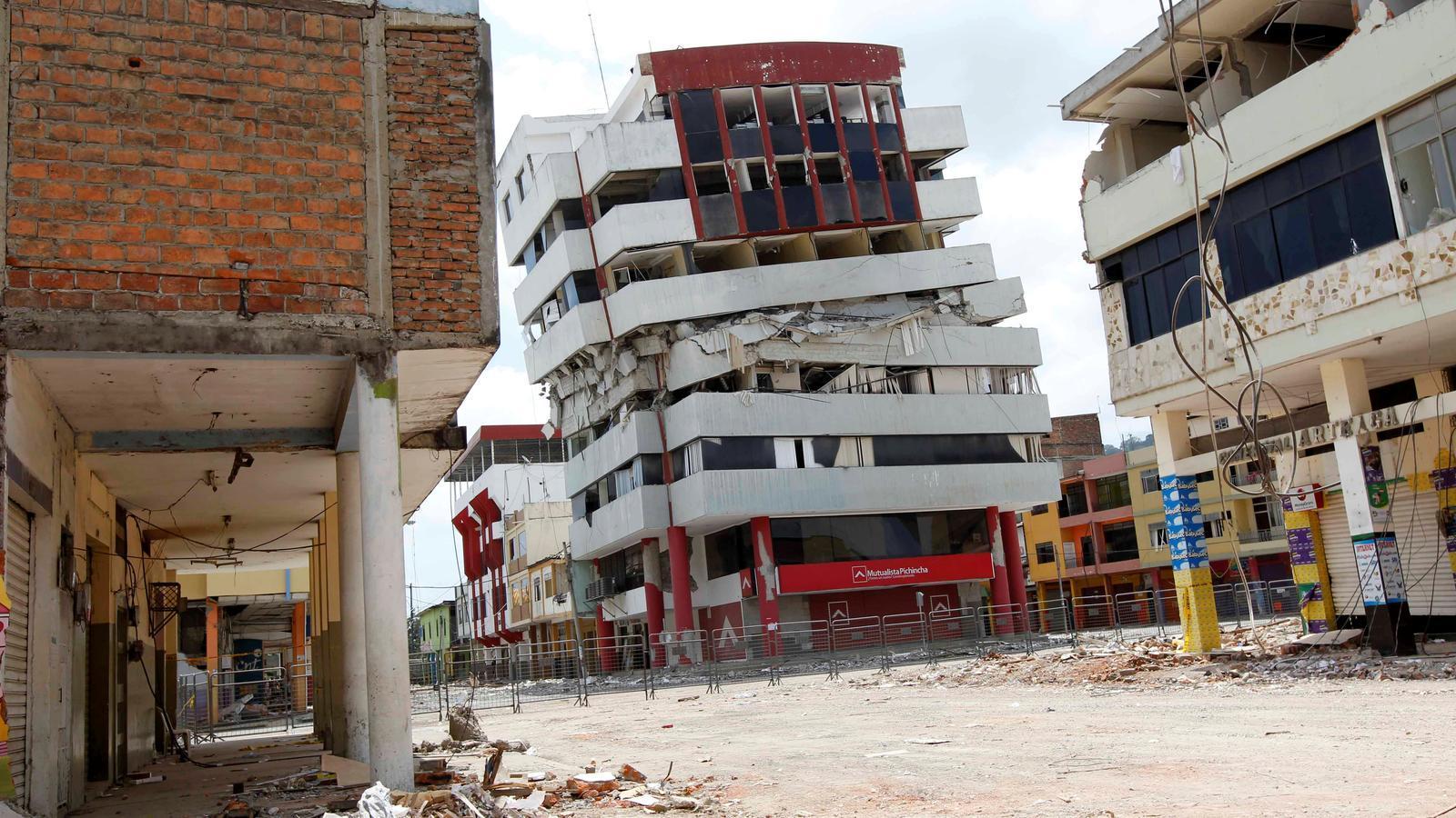 Un edifici mig ensorrat i runes a la localitat equatoriana de Portoviejo, en una zona devastada pel terratrèmol de l'abril passat