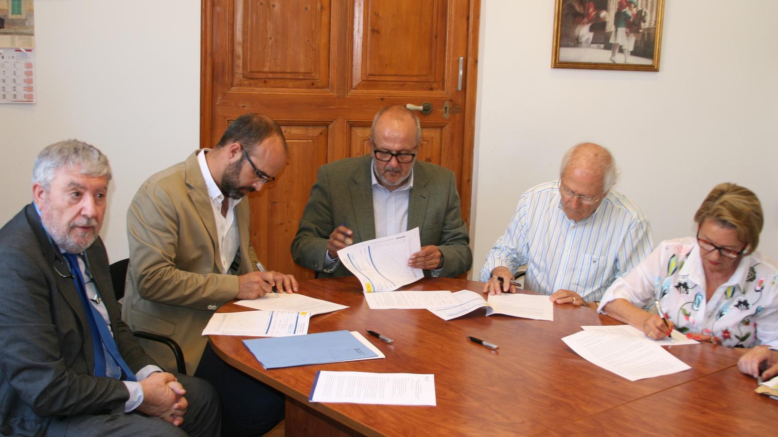 Moment de la signatura de l'adquisició del Sindicat.
