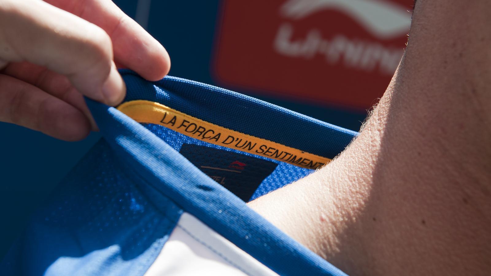 Detall del lema de l'Espanyol a l'interior d'una samarreta