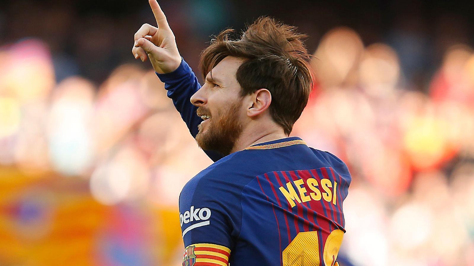 Leo Messi celebrant amb algun familiar a la graderia del Camp Nou el seu gol contra l'Athletic Club.