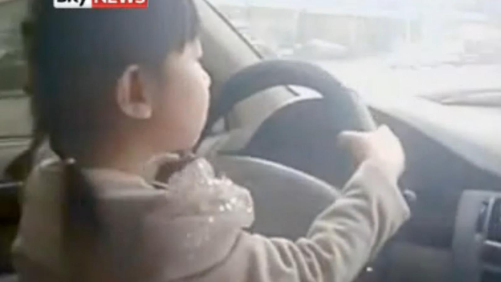 Un pare deixa conduir el cotxe a la seva filla de 4 anys mentre algú l'enregistra en vídeo