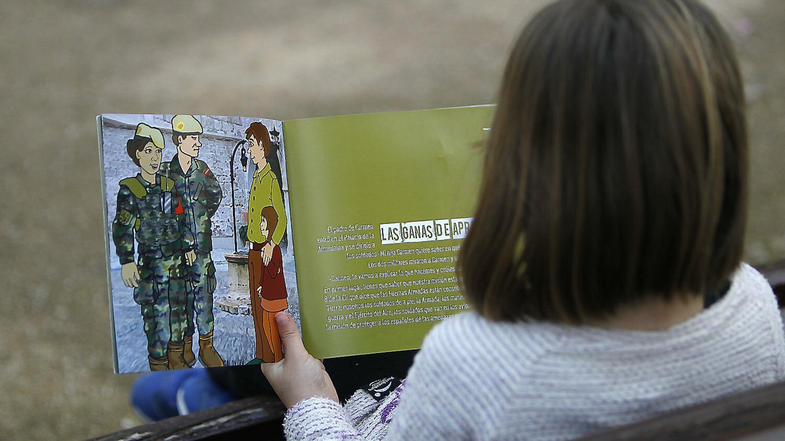 L'exèrcit explica què fa als nins illencs, però s'oblida de les armes i les guerres