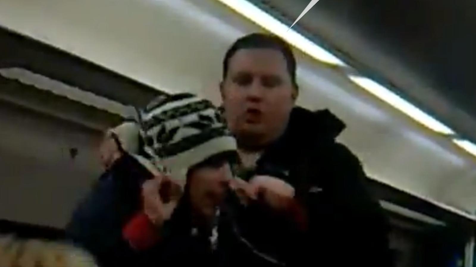 Un passatger surt en defensa del revisor i llança un jove per la porta del vagó