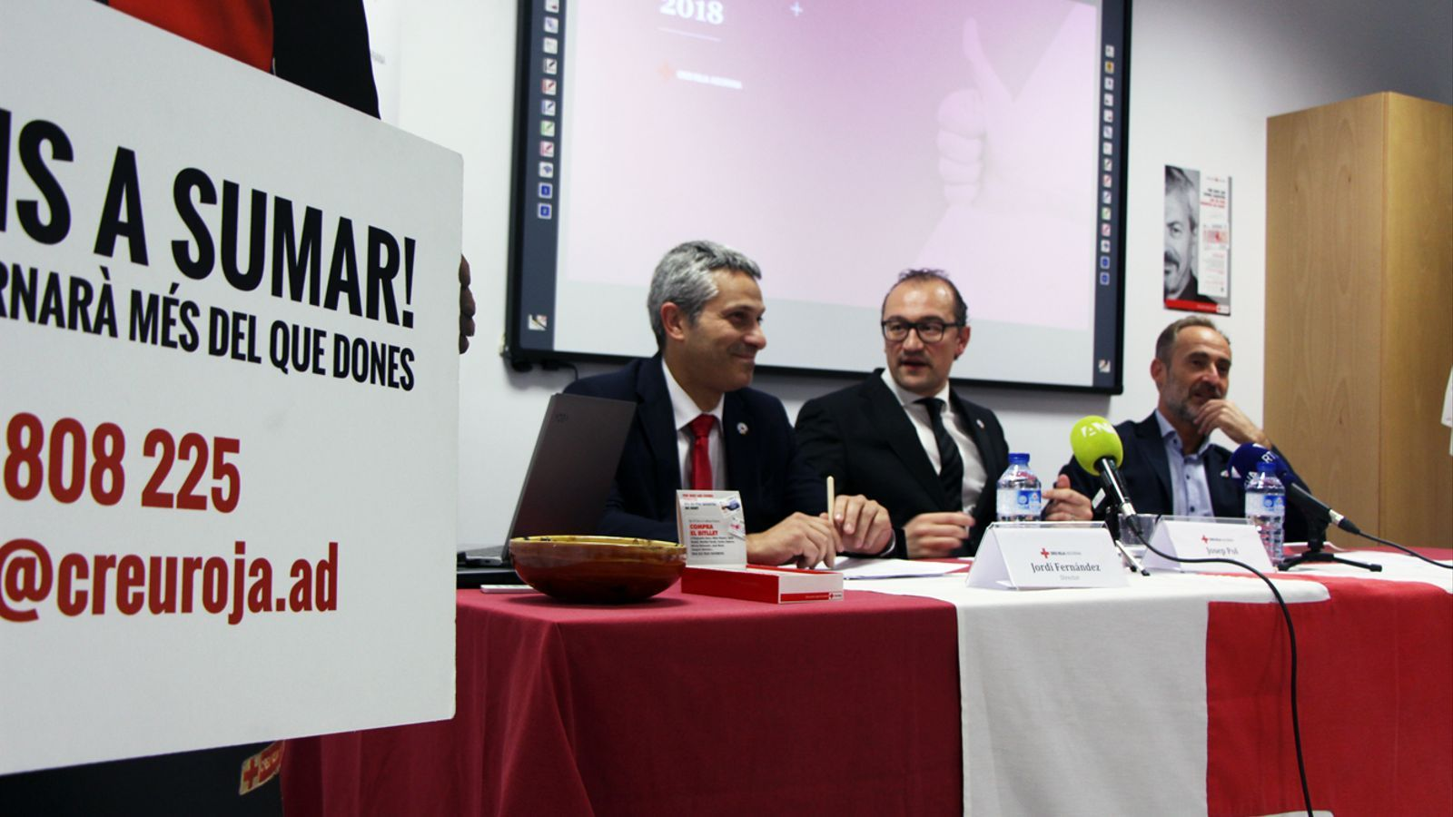 El director de Creu Roja Andorrana, Jordi Fernández, el president Josep Pol, i el vicepresident David Fraissinet, durant la presentació de la memòria del 2018 de l'organització. / T. N. (ANA)