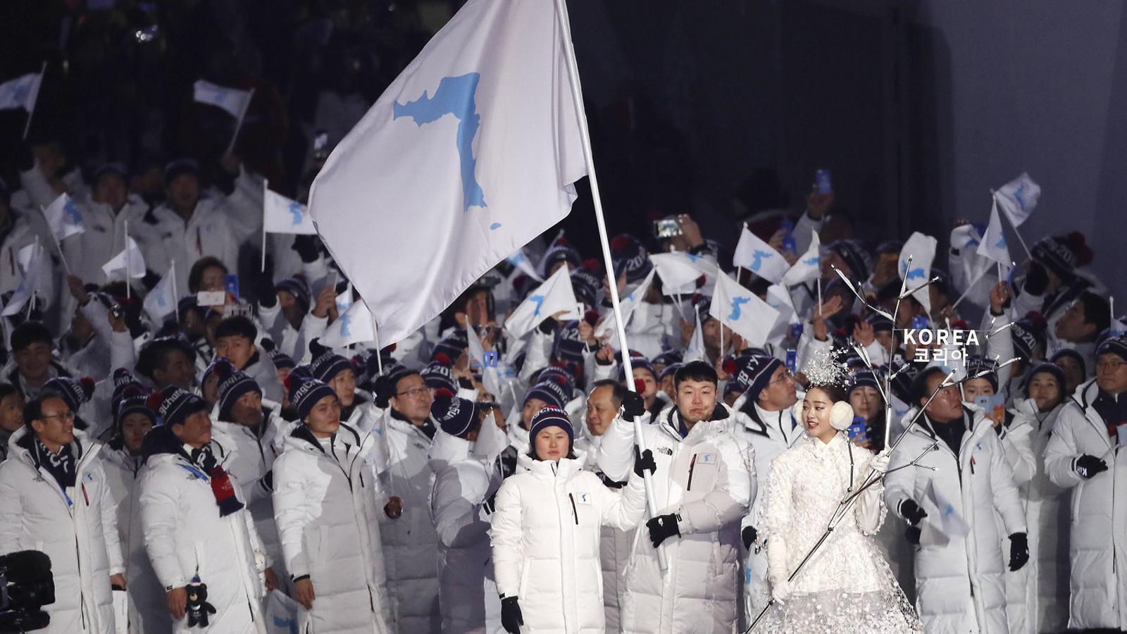 Les dues Corees escenifiquen  els Jocs de la Pau desfilant juntes