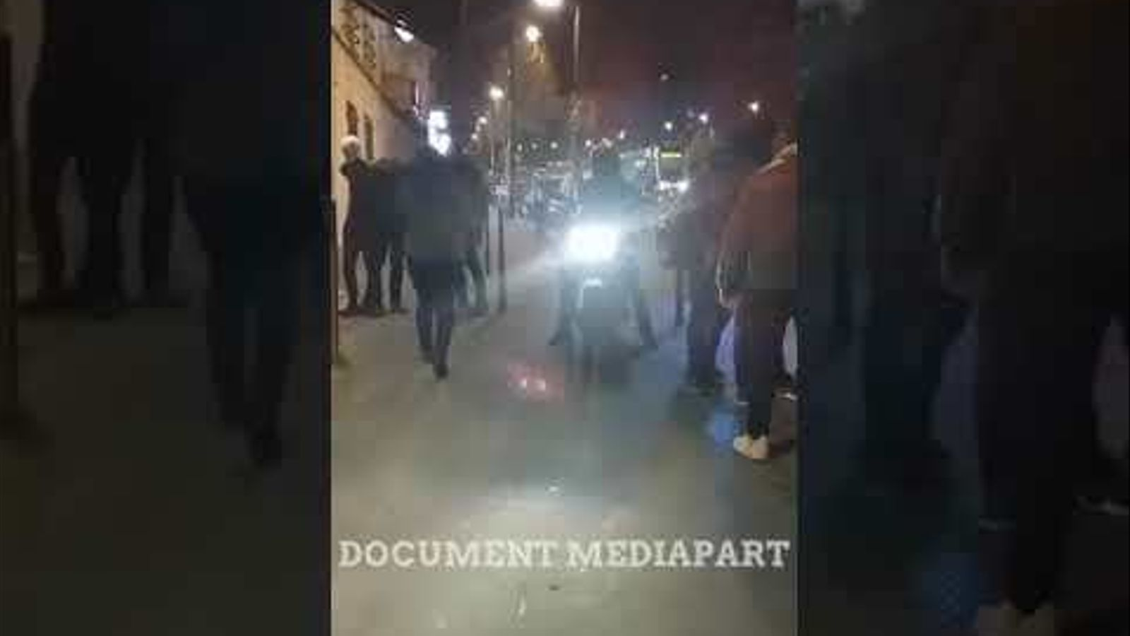 La policia francesa tapa el cap d'un noi amb un sac de tela durant una detenció a París.