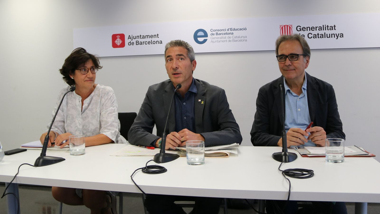 El president del Consorci d'Educació de Barcelona i director general de centres públics de la Generalitat, Josep Gonzàlez-Cambray, al centre de la imatge